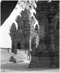 three towers were built       to commemorate King Poklongarai at the end of 13th century